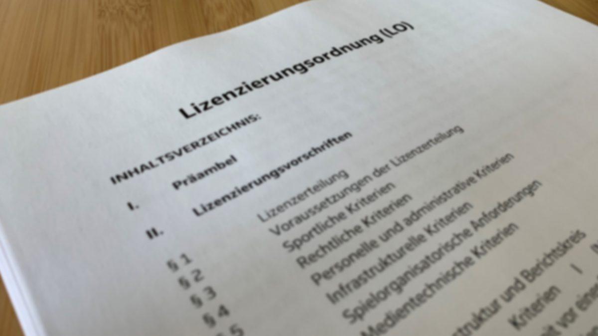 Das Bild zeigt die ausgedruckte und abfotografierte Lizenzierungsordnung der DFL.