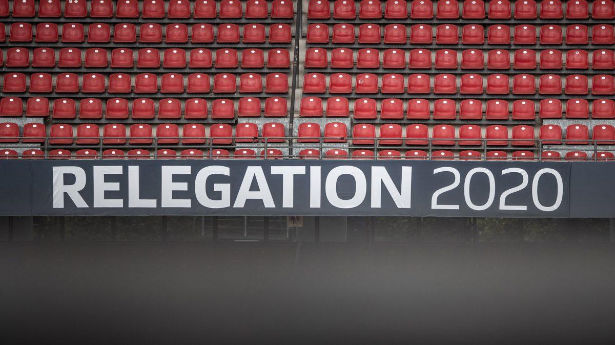 """Blick auf Stadionbande mit Beschriftung """"Relegation 2020"""""""