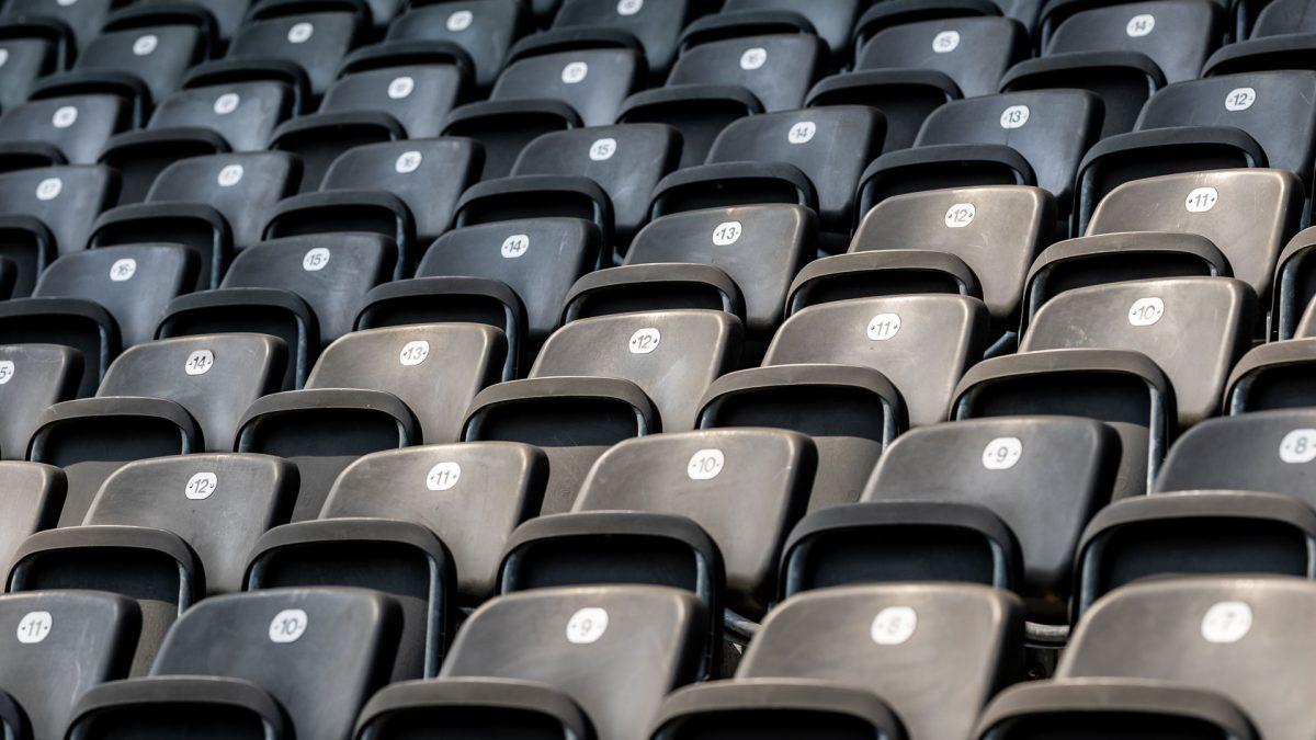 Schwarze Stadionsitze auf der Tribüne, leer