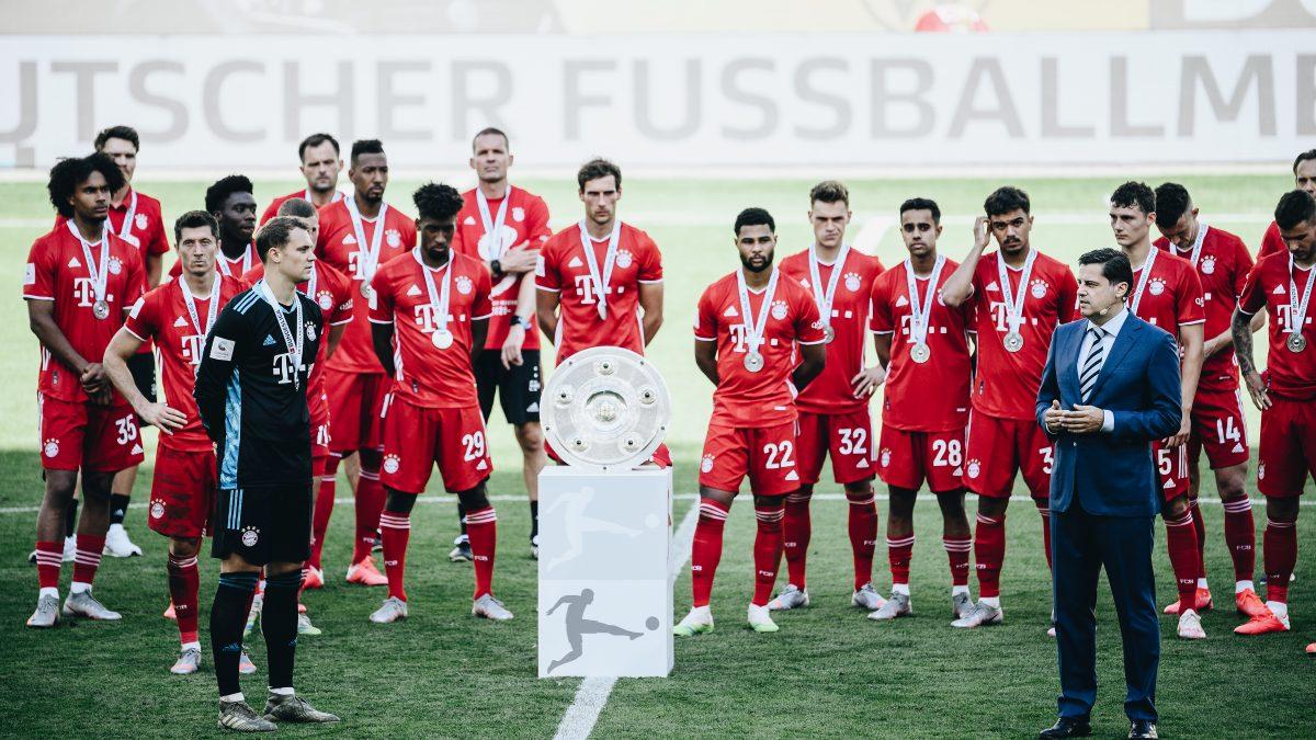 Meisterehrungen am 34. Spieltag: Christian Seifert ehrt den FC Bayern München und überreicht die Meisterschale