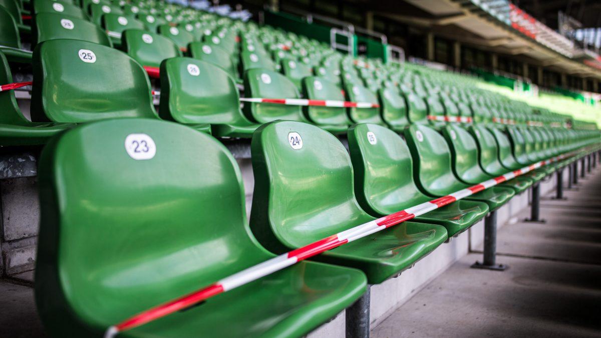Abgesperrte Sitzplatztribüne eines leeren Fußballstadions in Corona-Zeiten