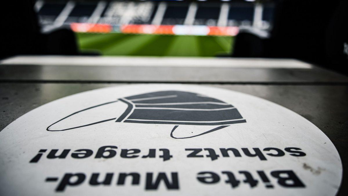 Stadionaufgang - Hinweis auf dem Boden: Bitte Mundschutz tragen.