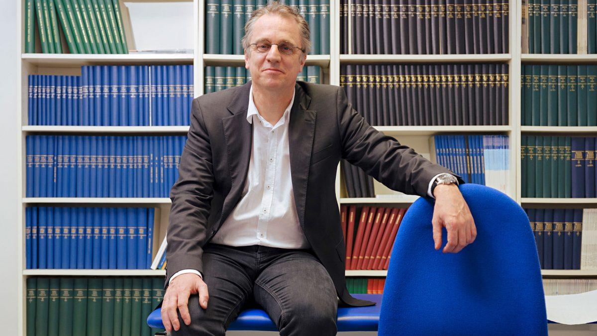 Prof. Dr. Tim Meyer in den Räumen der Universität des Saarlandes.