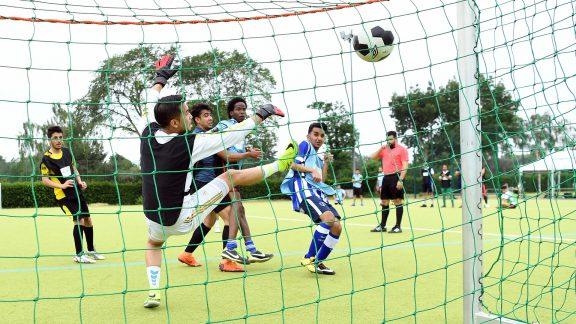 Jungs spielen Fußball, ein Torschuss - Fußball trifft Kultur
