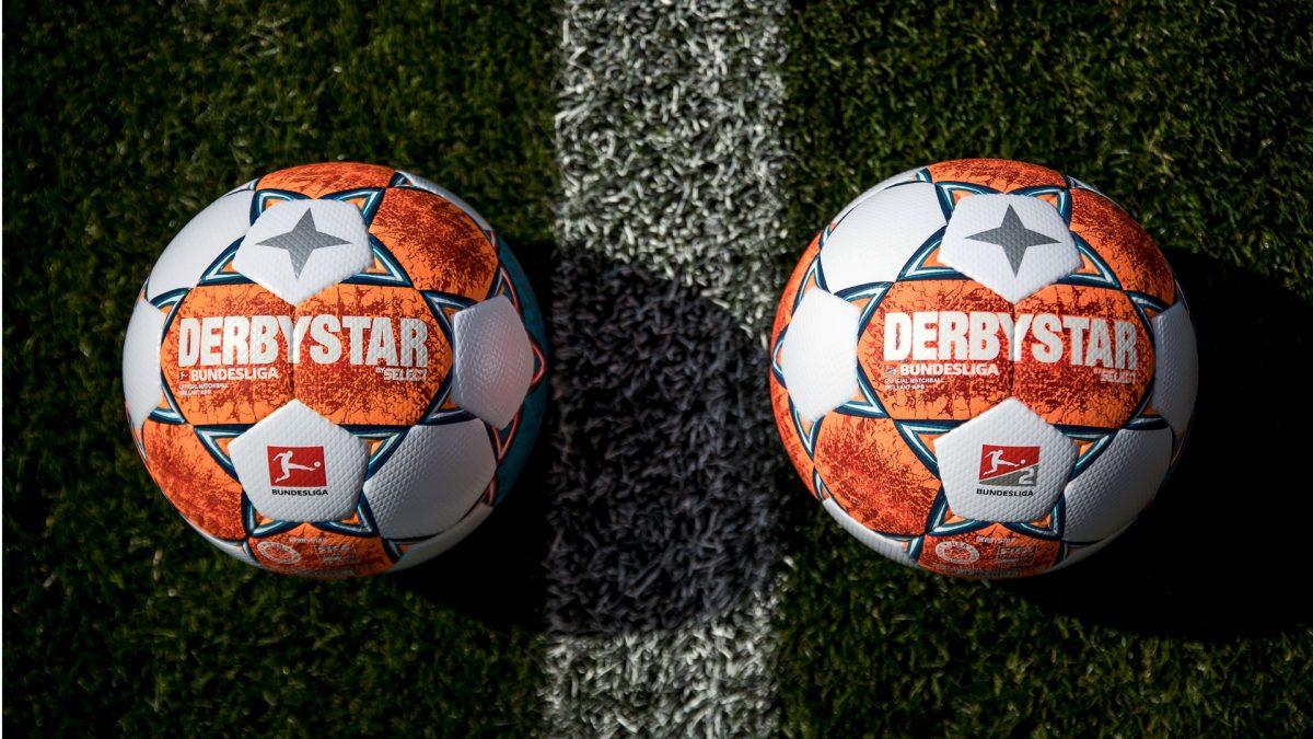 Derbystar-Spielbälle der Bundesliga und 2. Bundesliga auf dem Rasenfeld
