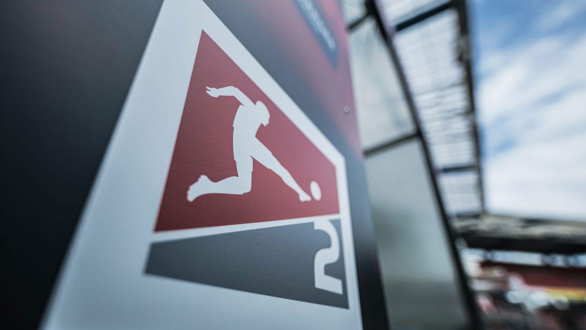 Logo 2. Bundesliga auf Säule im Stadion
