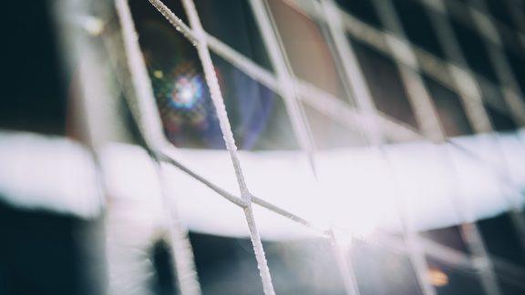 Das Bild zeigt ein Netz eines Tores in einem Fussballstadion.