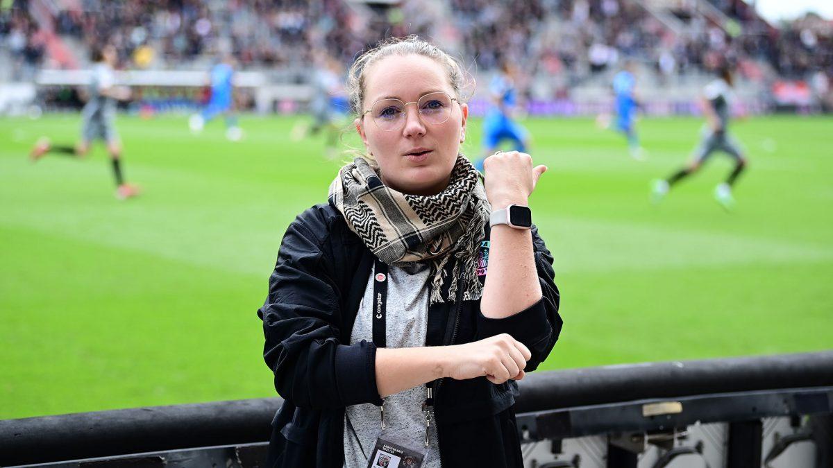 Fester Bestandteil der Heimspiele beim FC St. Pauli ist eine ehrenamtliche Gebärdensprachdolmetscherin, welche die Lautsprecherdurchsagen und auch das Vereinslied übersetzt.
