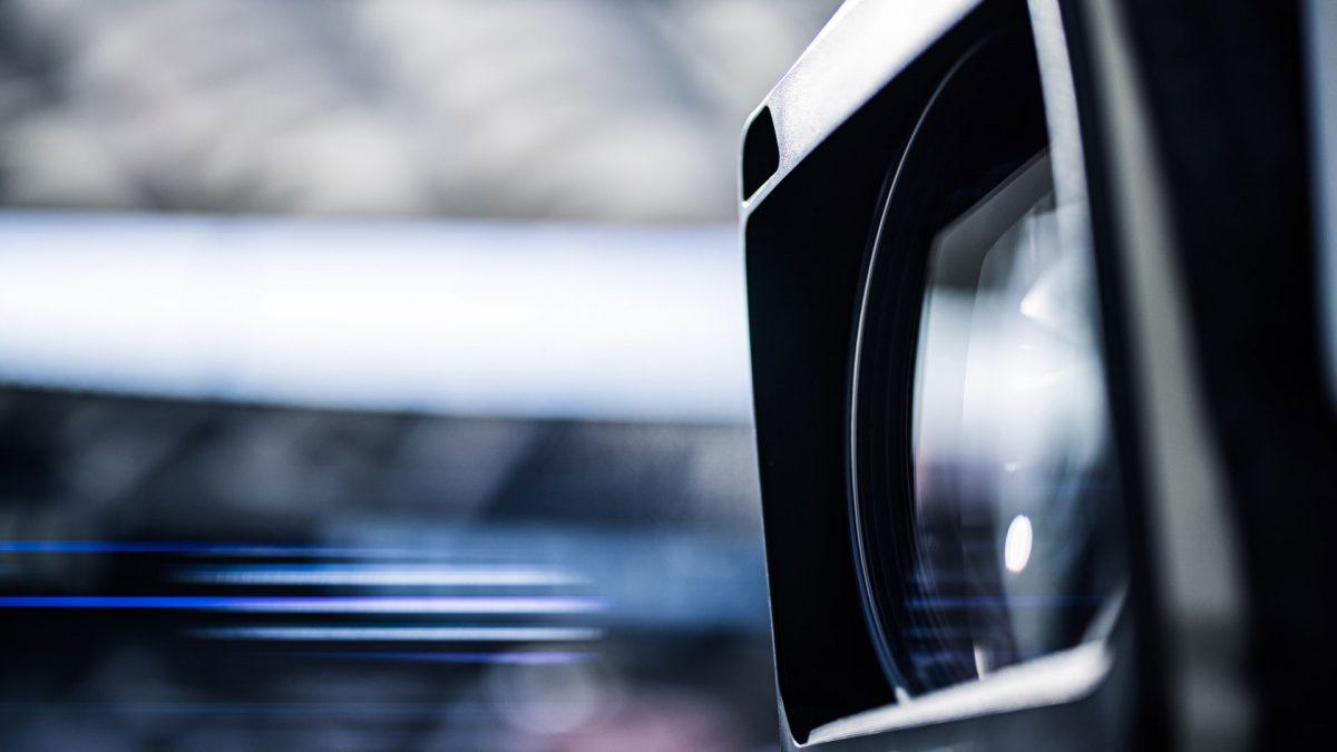 Seitliche Nahaufnahme einer Kameralinse
